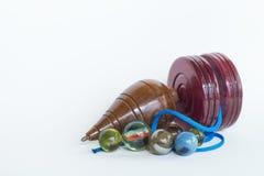 Dessus de rotation avec des marbres et le yo-yo Photographie stock