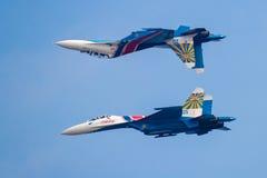 Dessus de Su-27UB et perfrom SU-27 de nouveau au vol arrière chez Airshow Chine 2016 Images stock