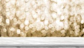 Dessus de table brillant de marbre gris-clair vide avec le gol de scintillement de tache floue image libre de droits