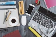 Dessus de table de bureau avec des articles Image libre de droits