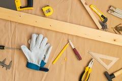 Dessus de table de bureau d'atelier de bricoleur de charpentier avec des outils Photos stock