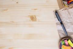Dessus de table en bois avec des approvisionnements Photo stock