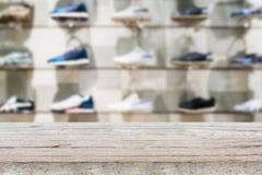 Dessus de table en bois avec des chaussures sur des étagères dans le magasin de chaussures Images libres de droits