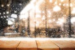 Dessus de table en bois avec des chutes de neige de fond de saison d'hiver Noël Images stock