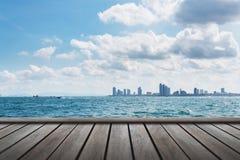 dessus de table en bois avec le paysage marin image stock