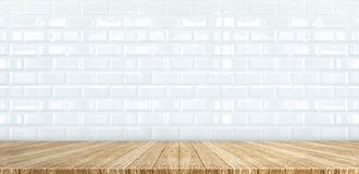 Dessus de table en bois de planche au backgroun brillant blanc de mur de carreau de céramique Photo stock