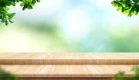 Dessus de table en bois de planche vide d'étape avec l'arbre de tache floue en parc avec le boke illustration stock