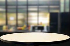 Dessus de table en bois sur le fond de cuisine de tache floue ou de pièce de café Pour le mont Image stock
