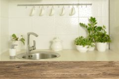 Dessus de table en bois sur le fond d'intérieur de tache floue Photo stock