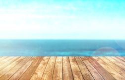 Dessus de table en bois sur le fond de mer de tache floue Images stock