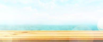Dessus de table en bois sur le fond de mer de tache floue Photographie stock libre de droits