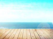 Dessus de table en bois sur le fond de mer de tache floue Image stock