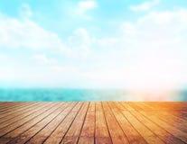 Dessus de table en bois sur le fond de mer de tache floue Photos stock