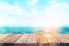 Dessus de table en bois sur le fond de mer de tache floue Image libre de droits