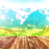 Dessus de table en bois sur le fond de montagnes de tache floue Photos libres de droits