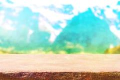Dessus de table en bois sur le fond de montagnes de tache floue Photo libre de droits