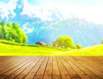 Dessus de table en bois sur le fond de montagnes de tache floue Images libres de droits