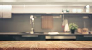 Dessus de table en bois sur le fond de pièce de cuisine de tache floue Photos stock