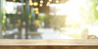 Dessus de table en bois vide avec le café ou le restaurant de tache floue inter Photo stock
