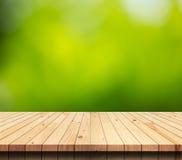Dessus de table en bois vide avec le fond vert de nature Photographie stock