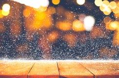 Dessus de table en bois vide avec les chutes de neige et le restaurant de café de bokeh Image libre de droits