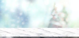 Dessus de table de marbre blanc vide avec Noël amorti abstrait de tache floue Image stock