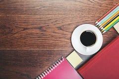 Dessus de table moderne de bureau avec des approvisionnements Image libre de droits