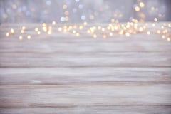 Dessus de table vide avec le fond de lumières de Noël de tache floue Photo libre de droits