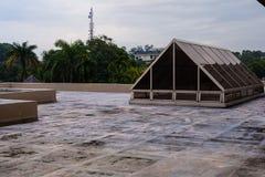 Dessus de toit de Buiding avec le ciel bleu images libres de droits