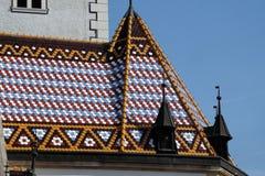 Dessus de toit carrelé à carreaux d'église du ` s de St Mark à Zagreb photographie stock libre de droits