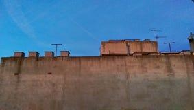Dessus de toit contre le ciel image libre de droits