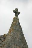 Dessus de toit d'église avec le crucifix Image libre de droits