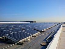 Dessus de toit d'énergie solaire images stock