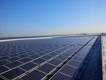 Dessus de toit d'énergie solaire images libres de droits