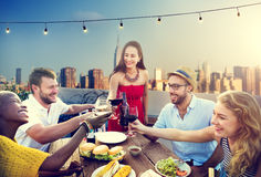 Dessus de toit d'amitié d'amis dinant le concept de personnes Photos stock