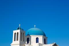 Dessus de toit d'une église orthodoxe bleue et blanche magnifique Photographie stock