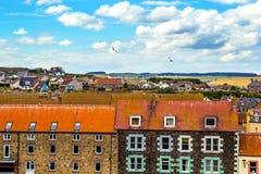 Dessus de toit d'une petite ville écossaise et d'un ciel bleu Image libre de droits