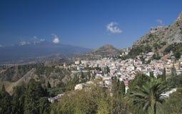 Dessus de toit de Mt l'Etna et de Taormina Photographie stock