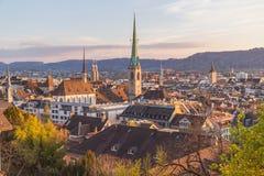 Dessus de toit et l'horizon de Zurich au coucher du soleil Images stock