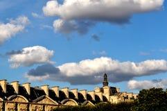 Dessus de toit et les nuages à Paris Photographie stock