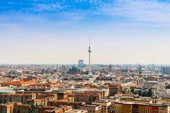 Dessus de toit et tour de TV du centre de la ville à Berlin, Allemagne Photos stock