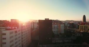 Dessus de toit patinant dans le coucher du soleil banque de vidéos