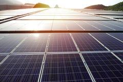 Dessus de toit solaire de picovolte au coucher du soleil images stock