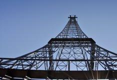 Dessus de tour de télécommunication - Tour Eiffel semblable Images stock