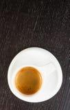 Dessus de vue de grand café italien dans une tasse blanche sur la table en bois noire Photographie stock