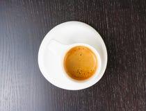 Dessus de vue de grand café italien dans une tasse blanche sur la table en bois noire Photos stock