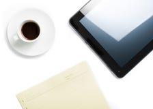 Dessus de vue de tasse du café et du comprimé près des notes, concept de nouvelle technologie Images libres de droits
