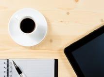 Dessus de vue de tasse du café et du comprimé près des notes, concept de nouvelle technologie Photos libres de droits