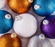 Dessus des boules multicolores de Noël de vue Photographie stock