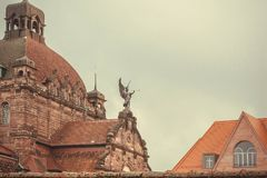 Dessus des maisons historiques de ville avec le théâtre d'opéra de Staatstheater établi en 1905 en Bavière Image stock